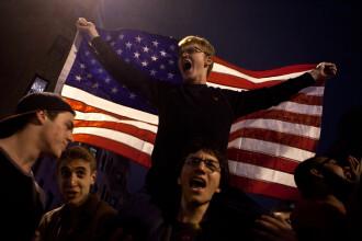 Euforie la Boston. 200 de oameni au sarbatorit in strada capturarea celui de-al doilea suspect. FOTO