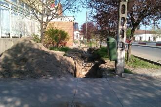 Pichamarele au spart asfaltul nou de langa Spitalul judetean. Edilii si-au amintit ca-s vechi tevile