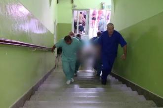 Spitalul fara lift din Timisoara. Pacientii care ajung la Municipal sunt carati de brancardieri