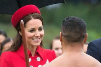 Kate Middleton, intampinata de un luptator Maori, aproape gol, in vizita din Noua Zeelanda