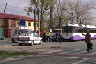 Din cauza neatentiei, o soferita a ajuns la spital dupa ce masina in care se afla a fost lovita de tramvai. FOTO
