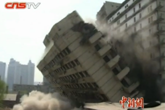 Precizie chinezeasca. Asiaticii au reusit sa puna la pamant, prin explozie, exact jumatate dintr-o cladire