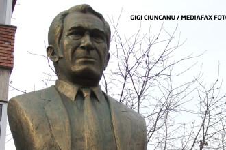 Bust al lui Sergiu Nicolaescu, dat jos pentru ca nu semana cu regizorul.