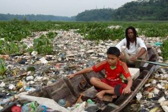 Paradisul poluat din care oamenii beau in continuare apa. Imagini cu unul dintre cele mai toxice rauri din lume