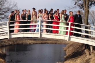 Elevii unui liceu din SUA au avut parte de o experienta de neuitat, dupa ce au vrut sa faca o poza pe un pod. VIDEO