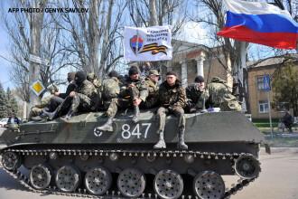 Criza in Ucraina. Soldati ucraineni au trecut de partea separatistilor. Steagul Rusiei, pe vehiculele blindate ale Kievului