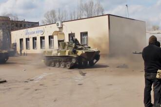 VIDEO. Separatistii din Ucraina fac show cu o tancheta capturata. In loc de razboi civil, demonstratie de soferie