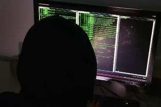 Metoda prin care un hacker din Cluj, cu 9 clase, a furat date bancare de pe 64.000 de carduri. Barbatul, retinut 24 de ore