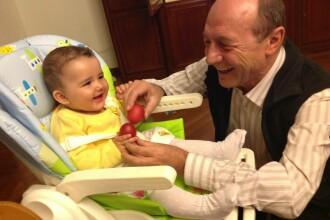 Traian Basescu i-a aratat nepoatei sale cum se ciocnesc ouale rosii. Mesajul presedintelui de Paste