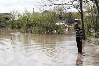 Apele s-au revarsat in Mehedinti, iar zeci de locuinte au fost inundate. Traficul rutier si feroviar, restrictionat