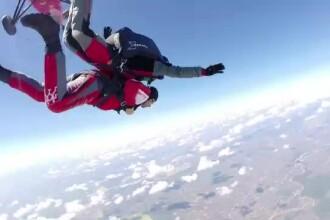 Cerere in casatorie la 4.000 de metri inaltime, la Clinceni. Nu va uita niciodata primul ei salt cu parasuta
