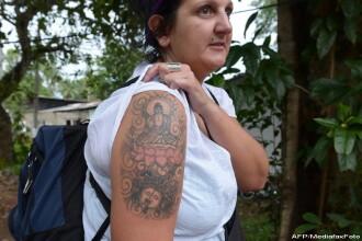 Sri Lanka deporteaza o turista britanica din cauza unui tatuaj. Desenul de pe bratul femeii