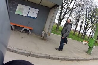 Soferul autobuzului i-a inchis usa in nas si l-a lasat in statie. Un motociclist a vazut totul si iata ce a urmat. VIDEO