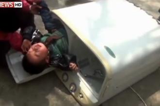 Captiv in masina de spalat. Un copil de doi ani, din China, salvat de pompieri dupa ce a ramas blocat in