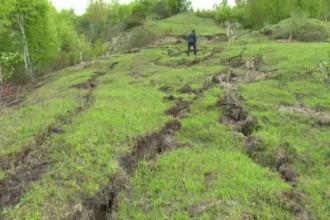 Imagini apocaliptice intr-o comuna din Dambovita. Alunecarile de teren au transformat un deal intr-un crater de 15 metri