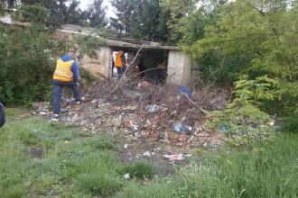 Printre mormane de gunoaie, oamenii strazii se adapostesc in continuare in cladirea fostei unitati militare din Timisoara