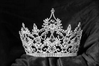 Aschia nu sare departe de trunchi. O tanara concureaza pentru titlul de Miss Anglia, la 30 de ani dupa mama sa