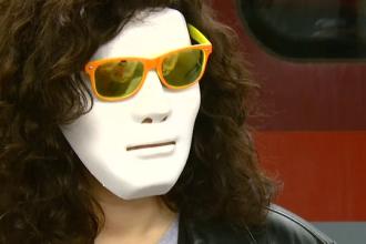 Cu masca pe chip, in Gara de Nord. Tinerii s-au inghesuit in trenurile catre un 1 Mai in care nu vor sa fie recunoscuti