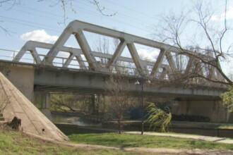 Tragedie in Bucuresti: Doi tineri au fost electrocutati dupa ce s-au urcat pe un pod CFR pentru a se fotografia