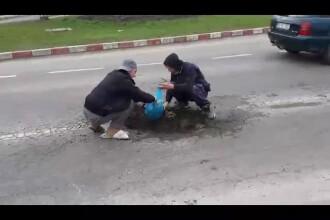 Probabil clipul anului pe sosele din Romania. Ce planteaza un grup de tineri intr-o groapa de 1,75m de pe DN1