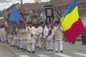 Traditie unica in Joia Mare, intr-un sat din Alba. Localnicii de 60 de ani pornesc in procesiune pe ulite, pana la biserica