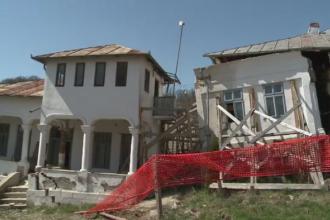 Paste cu lacrimi in ochi la Manastirea Ratesti. Complexul monument istoric, distrus de alunecarile de teren
