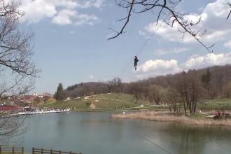 Baie in piscina si catarari in copaci. Romanii au incercat sa dea jos mesele imbelsugate de Paste prin sport