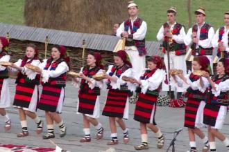 Petrecerile de Paste continua in Maramures. Mii de oameni petrec la muzeul satului din Sighetu Marmatiei