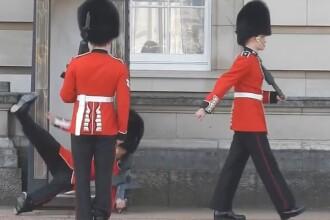 Moment stanjenitor la Palatul Buckingham. Un soldat a cazut spectaculos la schimbarea garzii, in fata a sute de turisti