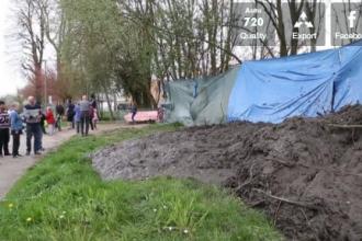 Primarul unei localitati din Franta a turnat cateva remorci de noroi peste o tabara ilegala de tigani. VIDEO