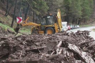 Trafic blocat in Pasul Tihuta dupa o ploaie torentiala. Viitura a acoperit asfaltul cu noroi si lemn si a rupt un parapet