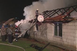 Doua familii din Deva au ramas pe drumuri dupa ce un incendiu puternic le-a mistuit casele