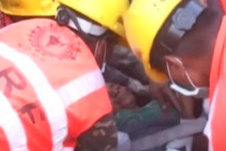 Momentul in care o femeie a fost salvata dupa 50 de ore petrecute sub daramaturi, in urma cutremurului din Nepal. VIDEO