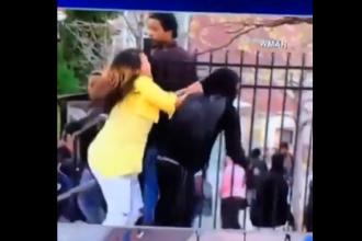 Un tanar din SUA a fost umilit de mama lui in public. Ce i-a facut cand l-a vazut la protestele din Baltimore