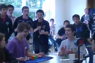 Un adolescent american a stabilit un nou record mondial in rezolvarea cubului Rubik - 5,25 secunde. VIDEO