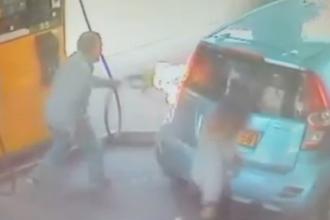 O femeie a dat foc unei benzinarii dupa ce un sofer a refuzat sa-i dea o tigara. Cum a scapat barbatul din calea flacarilor