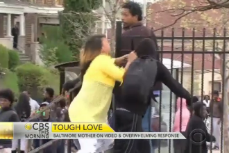 A fost numita mama anului dupa ce si-a batut fiul LIVE la TV. Mama protestatarului din Baltimore: Voiam sa-l duc la loc sigur
