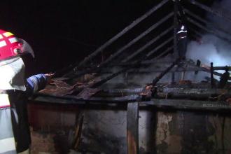 O femeie din Targu Jiu a murit intr-un incendiu. Pompierii, nevoiti sa improvizeze dupa ce masina lor n-a incaput pe strada