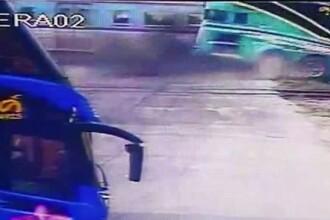 Momentul socant in care un tren intra intr-un autocar plin cu turisti. Soferul a fost declarat mort pe loc. VIDEO