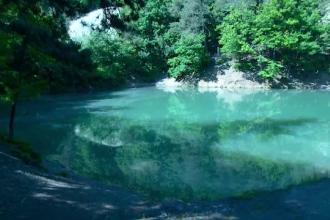 De ce este unic in Europa Lacul Albastru din Maramures.
