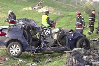 Un sofer de 18 ani a murit, dupa ce masina lui a intrat pe contrasens si a fost lovita de doua TIR-uri. Ce povestesc martorii
