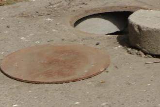 Descoperire macabra intr-un canal din Iasi. Un muncitor a inghetat de spaima dupa ce a ridicat capacul si a coborat in apa