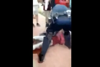 Politist investigat dupa ce a trantit la pamant o eleva si a incatusat-o in fata colegilor, la scoala. Ce ar fi facut tanara