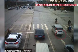 Imagini socante dintr-o intersectie din China. Ce s-a intamplat dupa ce un baietel a cazut din portbagajul masinii