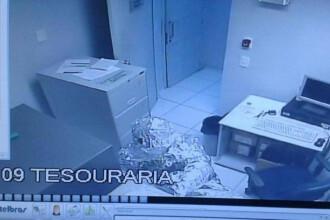 In ce s-au infasurat doi barbati pentru a pacali sistemul de alarma de la o banca. Tactica le-a reusit doar pe jumatate