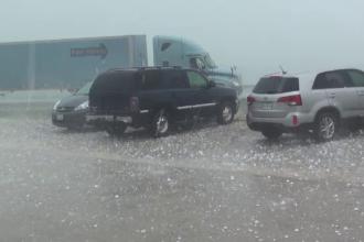 O furtuna cu grindina cat mingile de tenis a provocat panica si distrugeri in Texas. Imaginile dezastrului, filmate