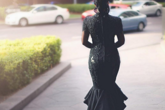 Explicatia din spatele acestei imagini: de ce s-a imbracat mireasa in negru la propria nunta