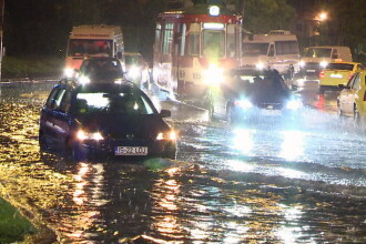 Imagini dramatice la Iasi, unde cartiere intregi au fost inundate. Un batran a fost tras cu forta in apa de viitura