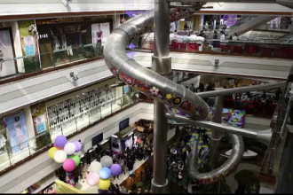 Tobogan gigantic, intr-un mall din Shanghai, prin care clientii ajung in doar 16 secunde la parter: