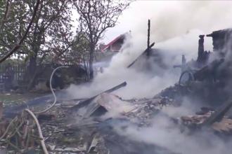 3 familii din Suceava, ramase fara case in urma unui incendiu. Un militar a fost ranit in timpul misiunii